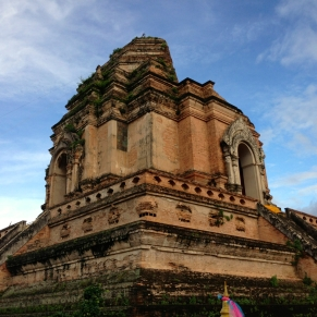 An impressive ruined temple in the center of Chiang Mai that once housed the Emerald Buddha, considered to be the holiest religious object in Thailand. A severe earthquake in 1545 toppled the pagoda.